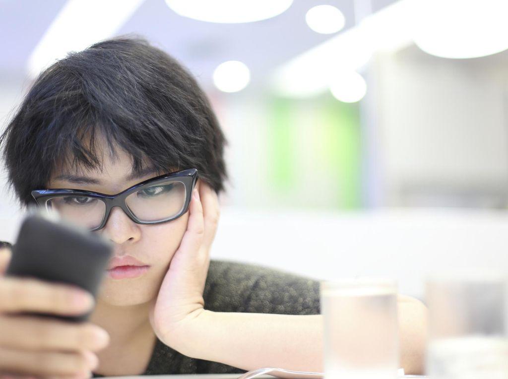 Wanita Ini Kelamaan Main Ponsel, Pembuluh Darah di Mata Pecah Lalu Buta