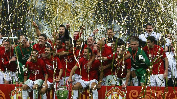 MOSCOW - MAY 21:  Manchester United players celebrate with the trophy following their teams victory during the UEFA Champions League Final match between Manchester United and Chelsea at the Luzhniki Stadium on May 21, 2008 in Moscow, Russia.  (Photo by Alex Livesey/Getty Images)