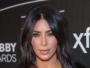 Demi Tampil Sempurna, Kim Kardashian Pakai Foundation di Belakang Leher