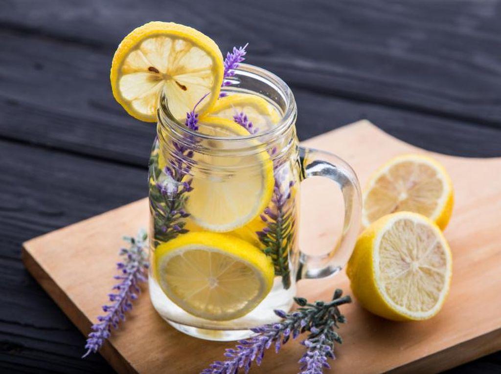 Baikkah Minum Air Lemon Hangat di Pagi Hari untuk Hati?