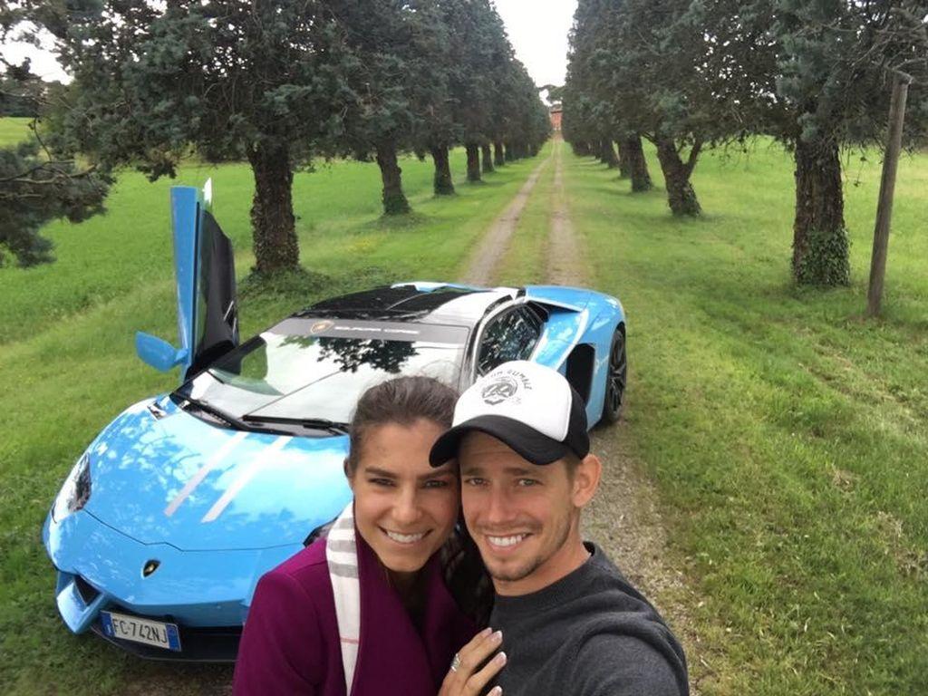 Mesranya Casey Stoner dan Istri Pakai Lamborghini Aventador di Italia