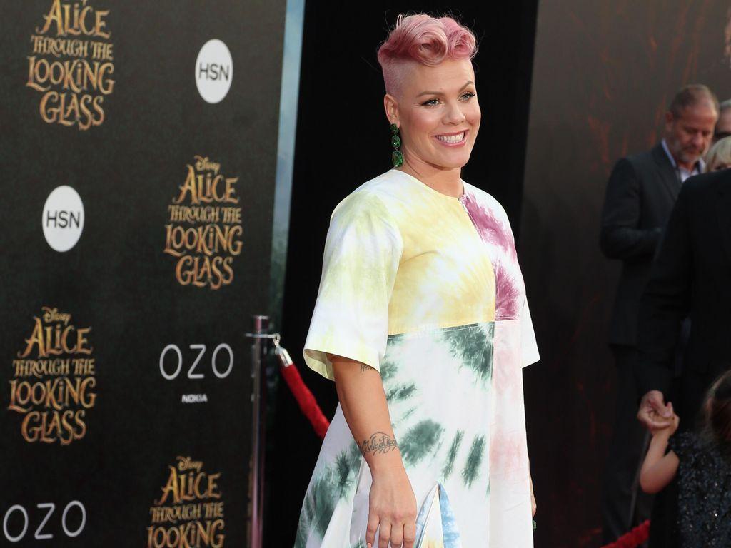 So Sweet! Tak Menang Grammy, Pink Dapat Piala dari Suami di Rumah