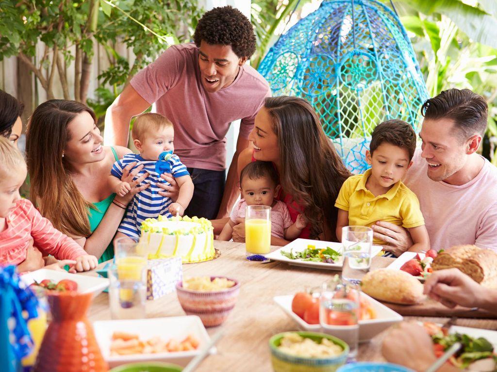 Sering Minta Anak Cium dan Peluk Teman Sebayanya? Perhatikan Dulu Aturannya