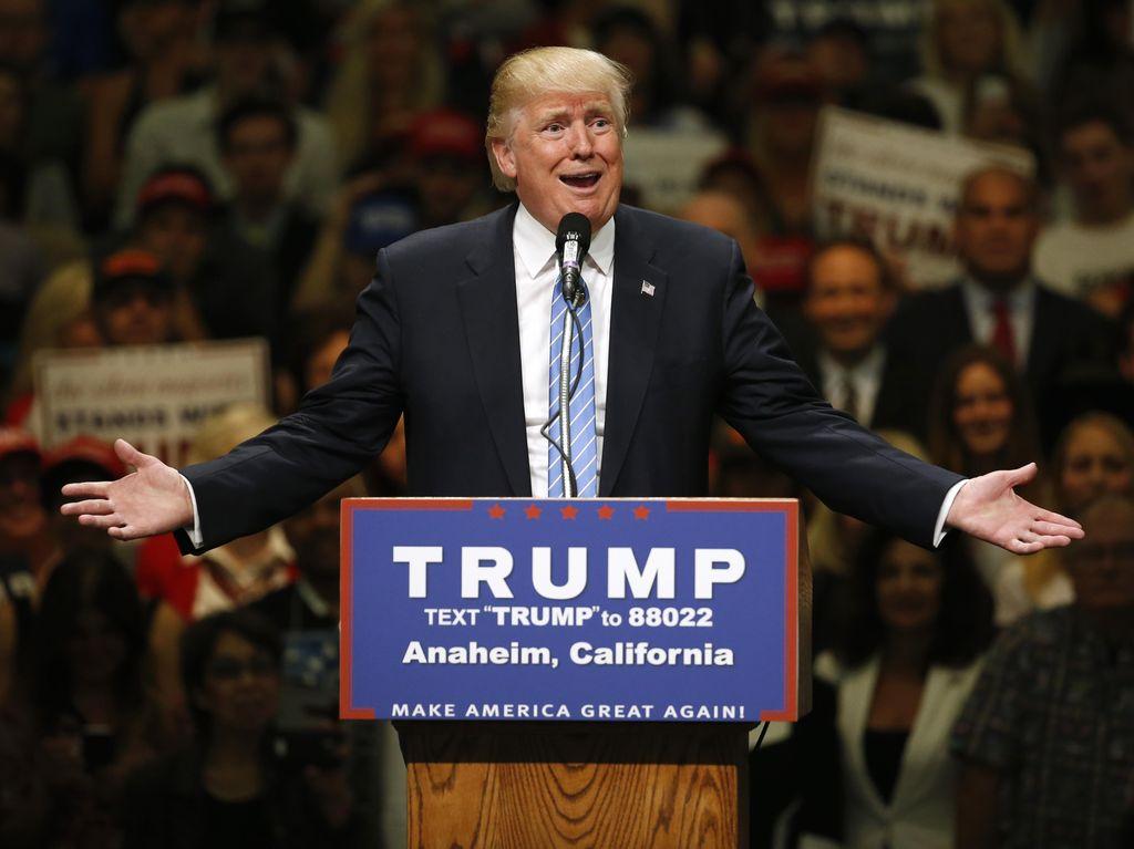 Demonstran dan Pendukung Donald Trump Adu Jotos Saat Kampanye di California