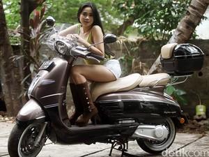 Model Layla Vitria Berpose di Atas Peugeot Django