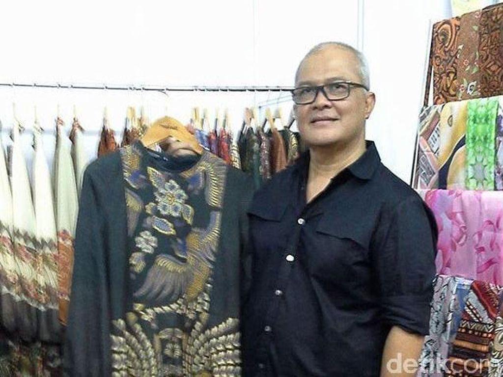 Itang Yunasz Rilis Batik Ayam Jago untuk Lebaran