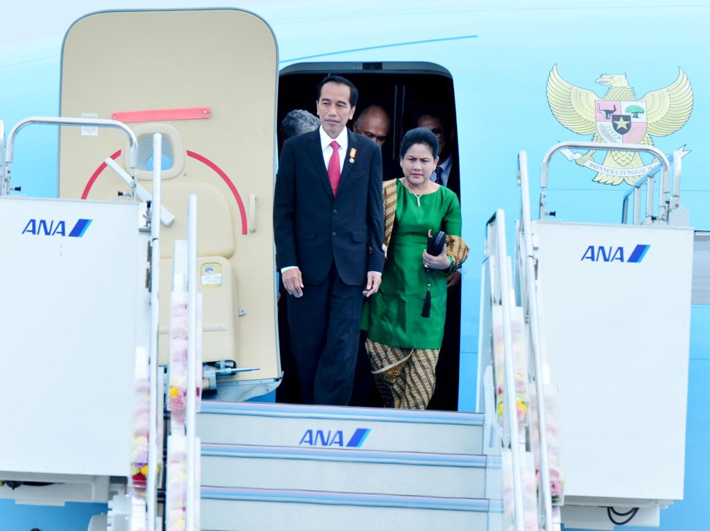 Jokowi Terbang ke Bangkok Beri Penghormatan Terakhir untuk Raja Bhumibol
