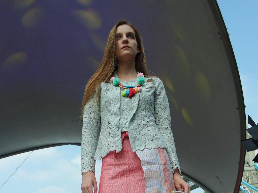 Koleksi Busana Edgy Hingga Gadis Desa Pukau Ratusan Warga London