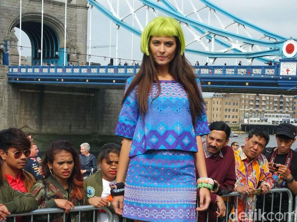 Lenny Agustin Pertamakali Fashion Show di Pinggir Sungai Thames, London