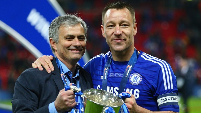 LONDON, ENGLAND - MARCH 01:  Manager Jose Mourinho of Chelsea and John Terry of Chelsea pose with the trophy during the Capital One Cup Final match between Chelsea and Tottenham Hotspur at Wembley Stadium on March 1, 2015 in London, England.  (Photo by Clive Mason/Getty Images)