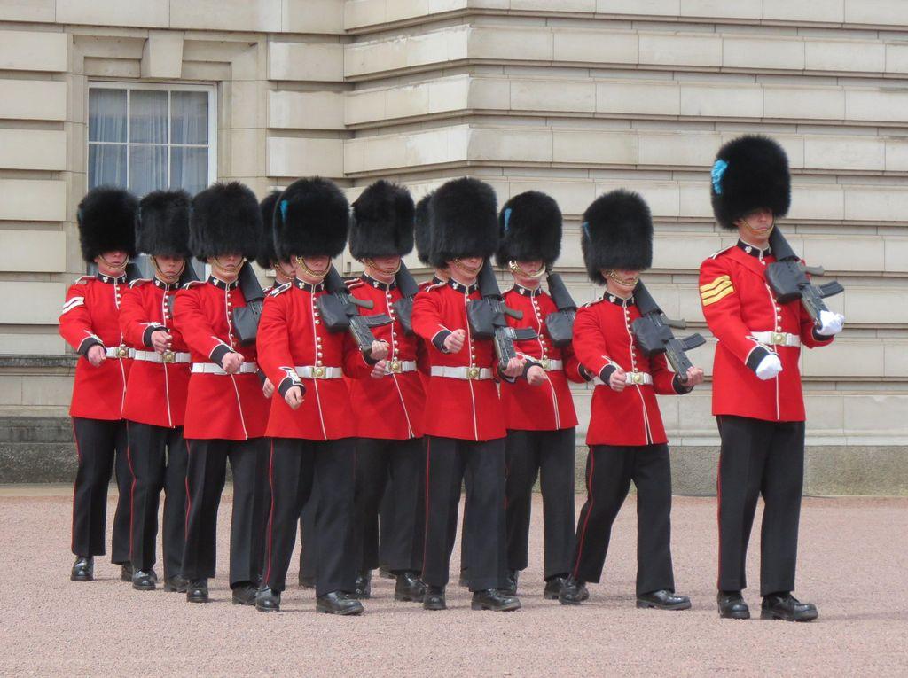 Berdiri Sembarangan, Turis Ditabrak Penjaga Kastil Inggris