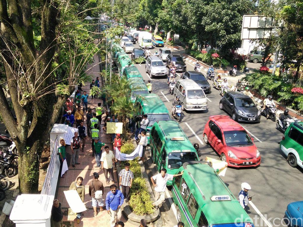 Ratusan Relawan Siap Ngaspal Saat Angkot Mogok Massal di Bandung