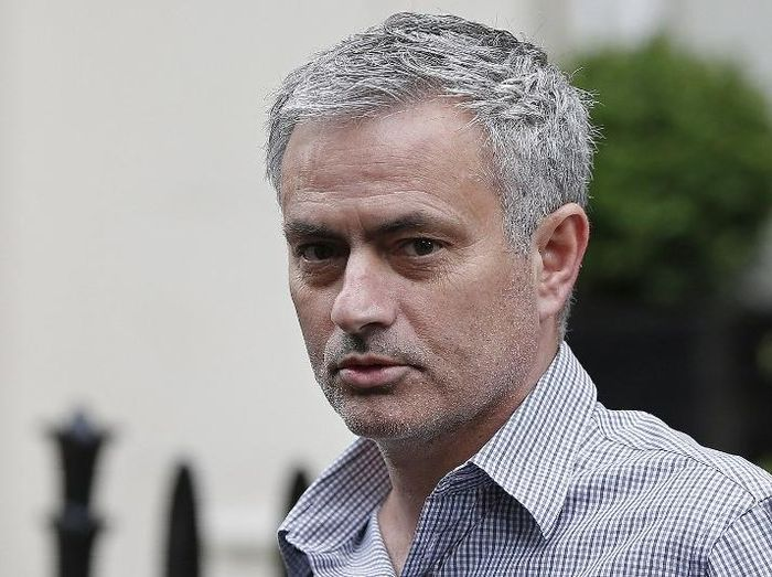 Jose Mourinho leaves his home in central London on May 25, 2016. Manchester United were locked in a second day of talks with Jose Mourinhos agents on Wednesday, hammering out a deal to sweep the controversial Portuguese boss into Old Trafford. / AFP PHOTO / ADRIAN DENNIS