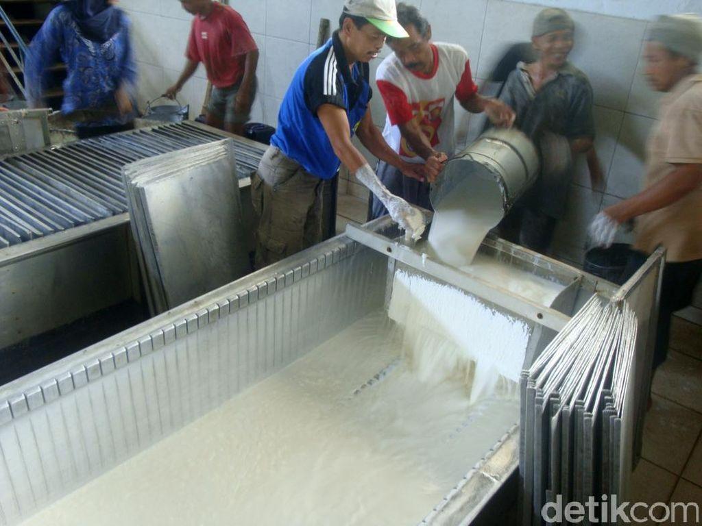 Pemerintah Bakal Serap 2.000 Ton Karet Lokal untuk Dicampur Aspal