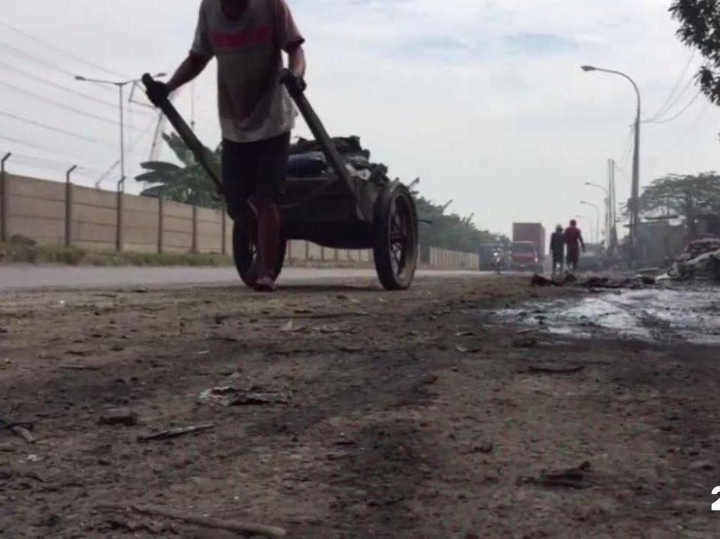 Pasukan Biru Berlumur Lumpur Demi Jakarta