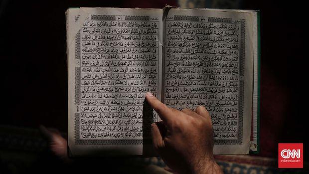 Seorang jamaah membaca Al Quran di Masjid Cut Mutia, Jakarta. CNN Indonesia/Safir Makki