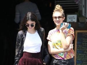 Gigi Hadid Pakai Sneakers Rp 13 Juta Saat Makan Siang dengan Kendall Jenner