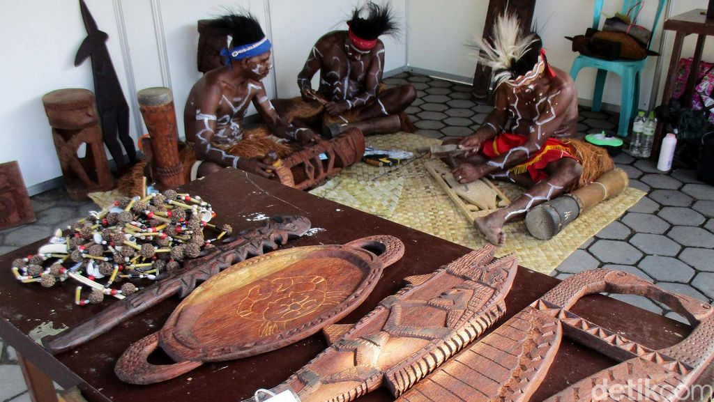 Suku Kamoro Unjuk Keahlian Ukir Kayu