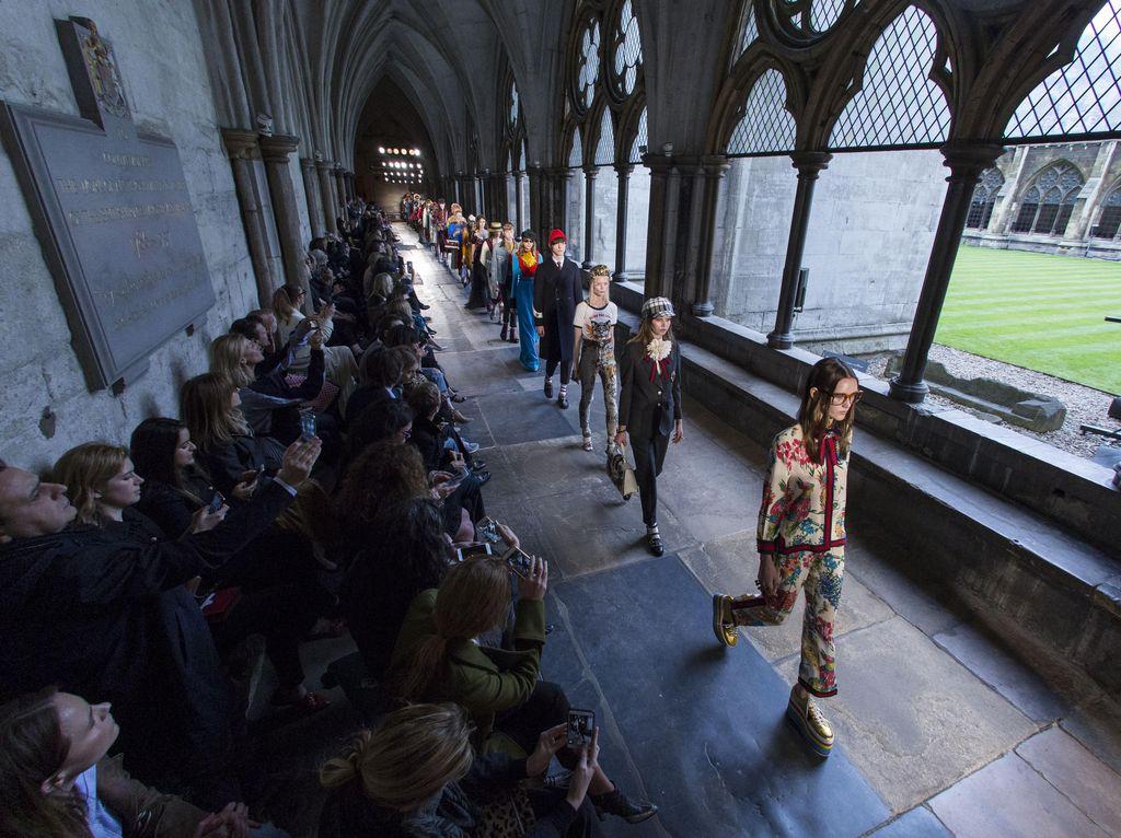 Foto: Gucci Pamer Koleksi Cruise di Gereja Bersejarah London