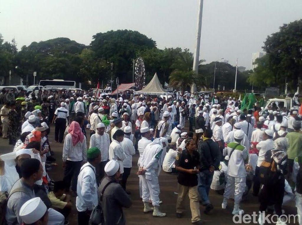 Massa Tolak PKI Unjuk Rasa di Depan Istana Presiden