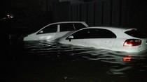 Mobil Mercy hingga Avanza Terendam Air Laut Pasang di Pantai Mutiara