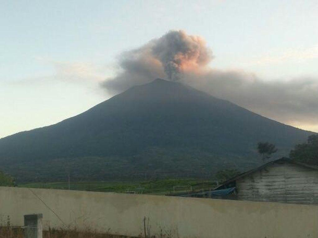 Gunung Kerinci Keluarkan Abu Vulkanik, Penduduk Sekitar Dilarang Mendekat