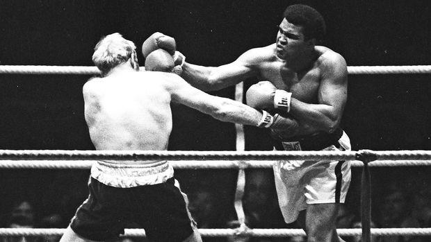 Muhammad Ali (kanan) tiga kali meraih sabuk Ring Magazine.