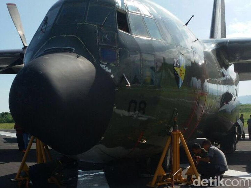 TNI AU: Hercules yang Mogok di Bandara Malang Telah Dibawa ke Hanggar