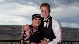 Haru! Remaja Ini Ajak Ibunya yang Kena Kanker Otak Stadium 4 ke <i>Prom Night</i>