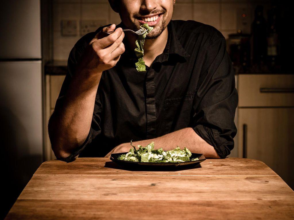 Viral Pria Santap Makanan Sisa Orang Lain di Kafe, Bikin Netizen Jijik