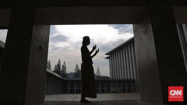 Umat Muslim berdoa kepada Tuhan Yang Maha Esa Allah SWT. CNN Indonesia/Adhi Wicaksono.