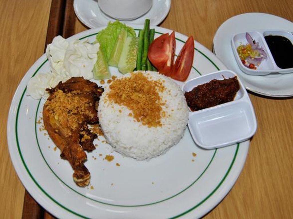 Renyah Gurih, Ayam Goreng dengan Kremesan Dicocol Sambal