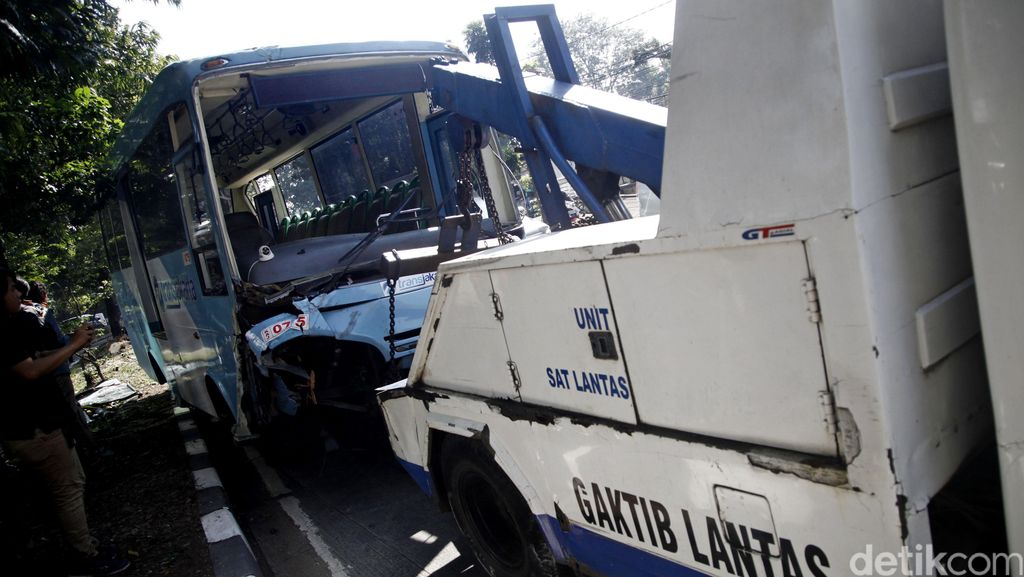 Bus Feeder TransJ yang Terguling Berhasil Dievakuasi