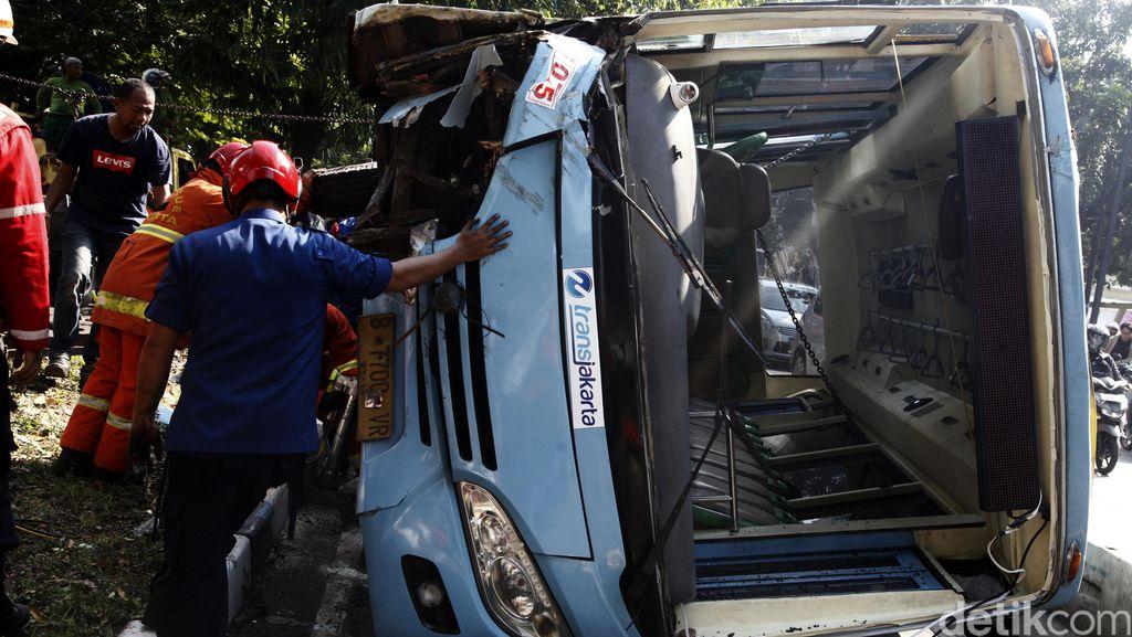Bus Feeder TransJ Terguling di Warung Buncit