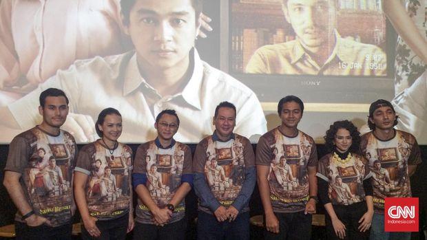Pemain film dan penulis novel Sabtu Bersama Bapak saat konferensi pers di CGV Blitz, Grand Indonesia, Jakarta, pada Selasa (7/6). (CNN Indonesia/Munaya Nasiri)