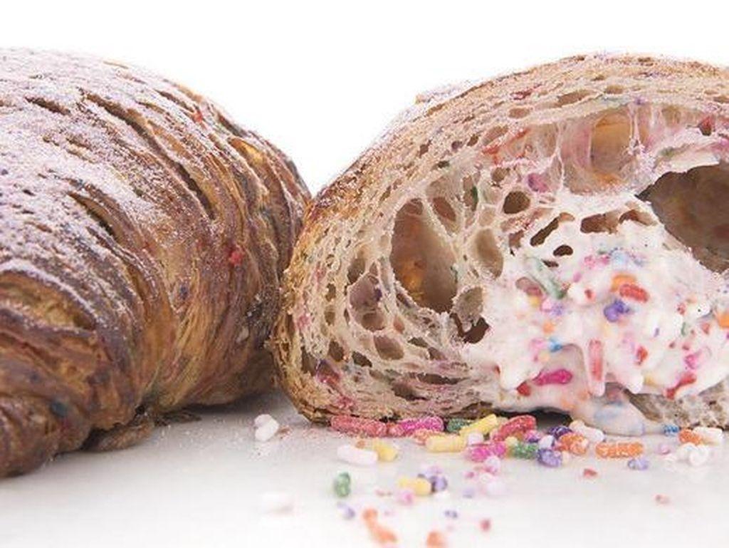 Ada Croissant dan Kue Ulang Tahun dalam Satu Gigitan