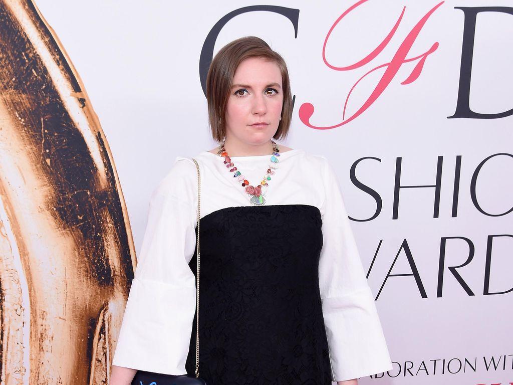Lena Dunham Padukan Gaun dengan Sepatu Kelinci Berbulu di CFDA Awards