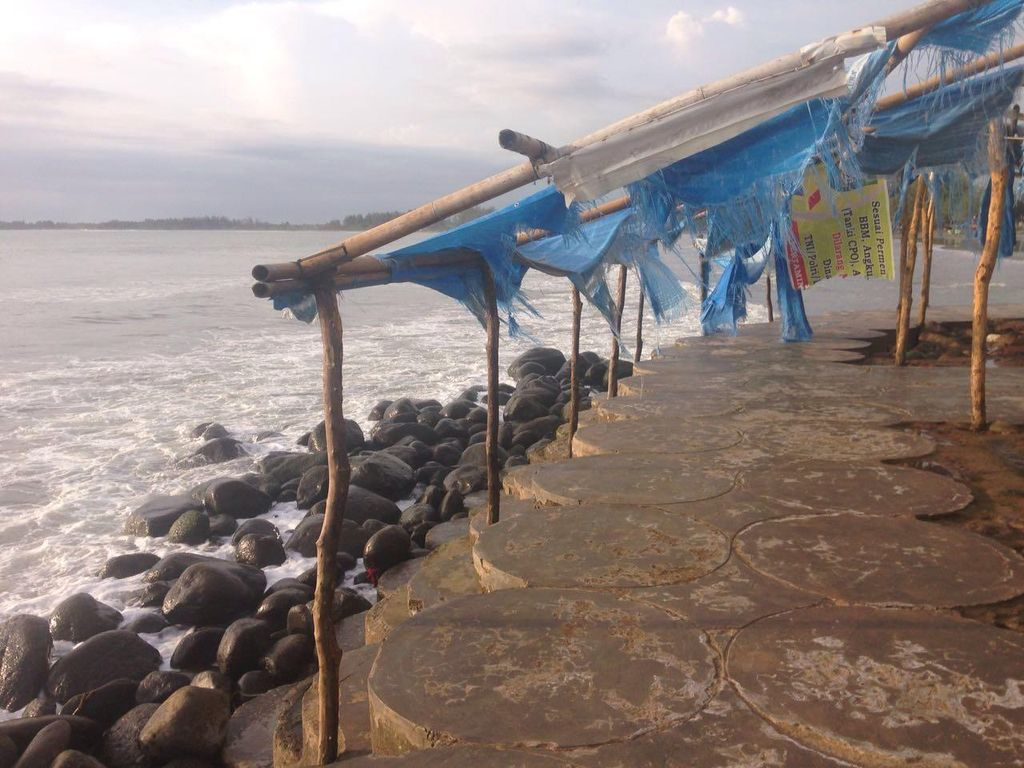 Gelombang Pasang di Bengkulu, Warung-warung Rusak Diterjang Ombak