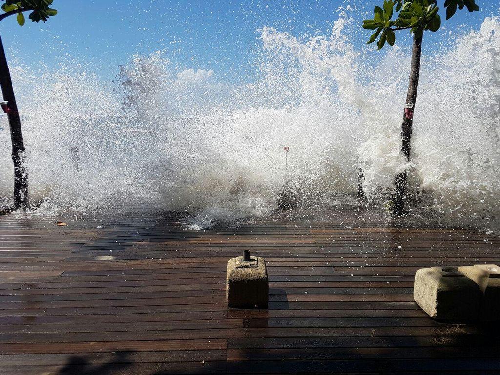 Waspada Gelombang Tinggi, Wisatawan Diimbau Tak Berenang di Pantai