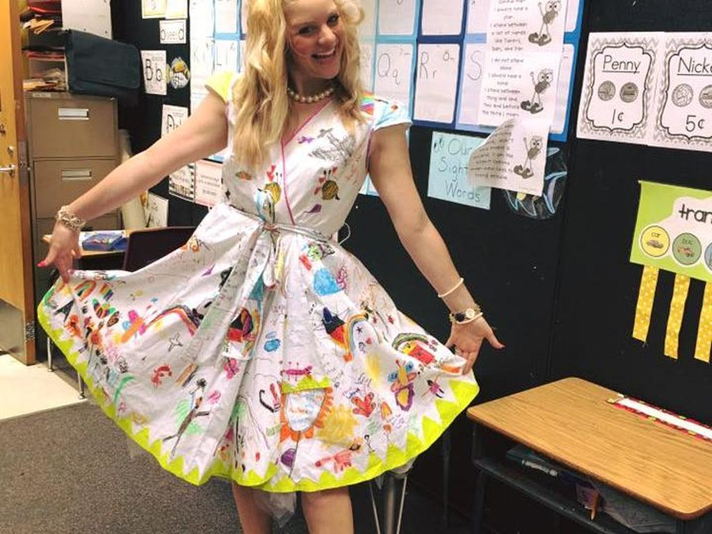 Pakai Dress yang Dilukis Para Murid, Guru SD Ini Dipuji Netizen