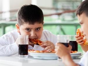 Si Kecil Sering Makan Terlalu Lahap dan Cepat? Ini Efeknya!
