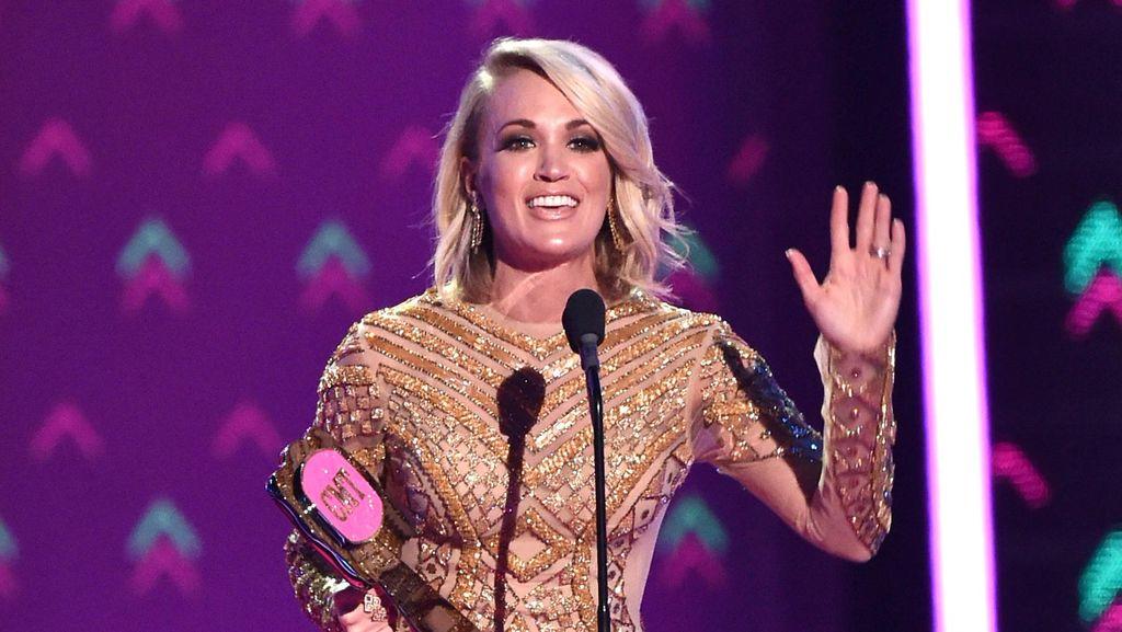 Bertubuh Pendek, Carrie Underwood Hanya Percaya Diri Pakai Gaun Mini