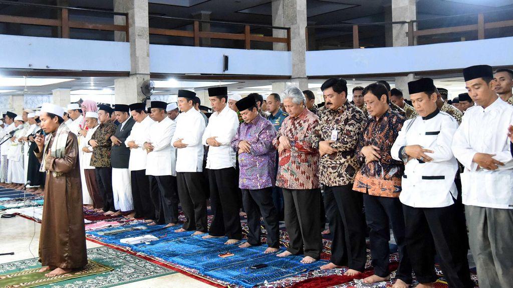 Jokowi Salat Tarawih di Kota Mataram