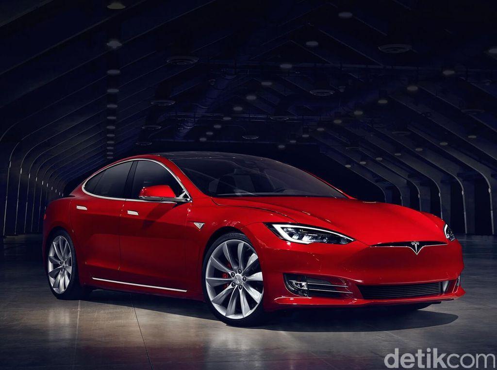 Kocak, Wanita Coba Isi Bensin di Mobil Listrik Tesla