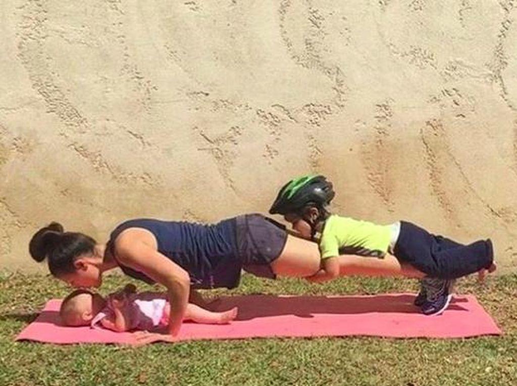 Olahraga yang Bisa Dilakukan Ibu Sambil Jaga Anak, Mau Coba?