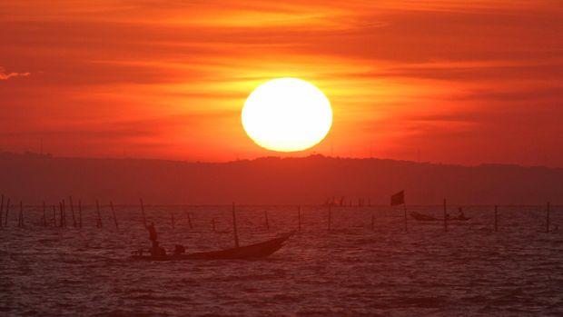 Nelayan mencari ikan di tengah laut di kawasan Pantai Kenjeran Surabaya, Jawa Timur, Minggu (12/6). Menurut nelayan setempat dampak cuaca buruk dan gelombang tinggi yang terjadi beberapa hari yang lalu membuat tangkapan ikan mereka menurun hingga 50 persen. ANTARA FOTO/Moch Asim/kye/16
