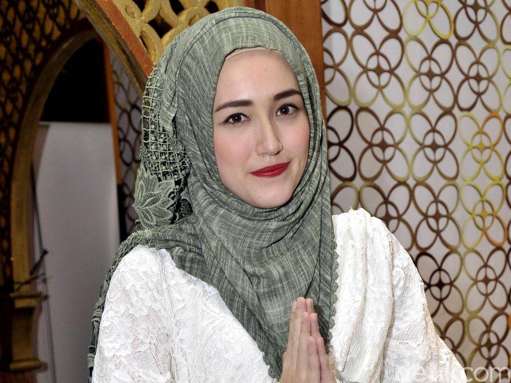 Adelia Pasha Bantu Distribusikan Sumbangan untuk Korban Gempa Tsunami Palu