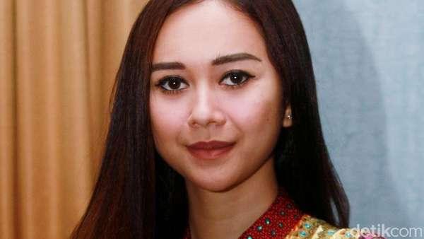 Ramadan, Aura Kasih Tampil Tertutup dengan Gamis Maroko