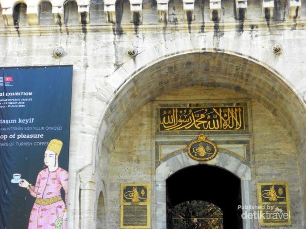 Jubah Sampai Gigi Nabi Muhammad di Museum Topkapi, Turki