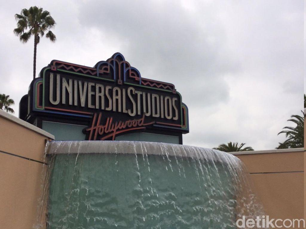 Dahului Disneyland California, Universal Hollywood Buka 16 April